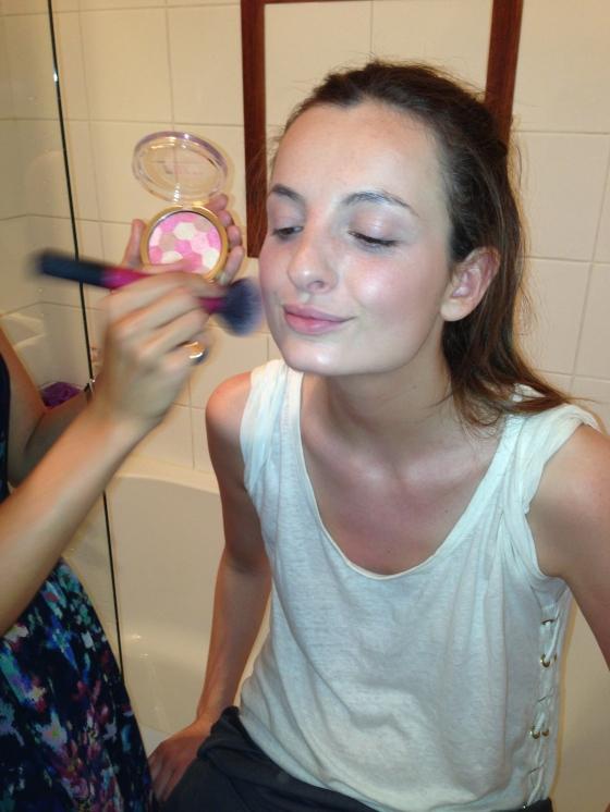 8. Application blush illuminateur de milani en teinte beauty's touch